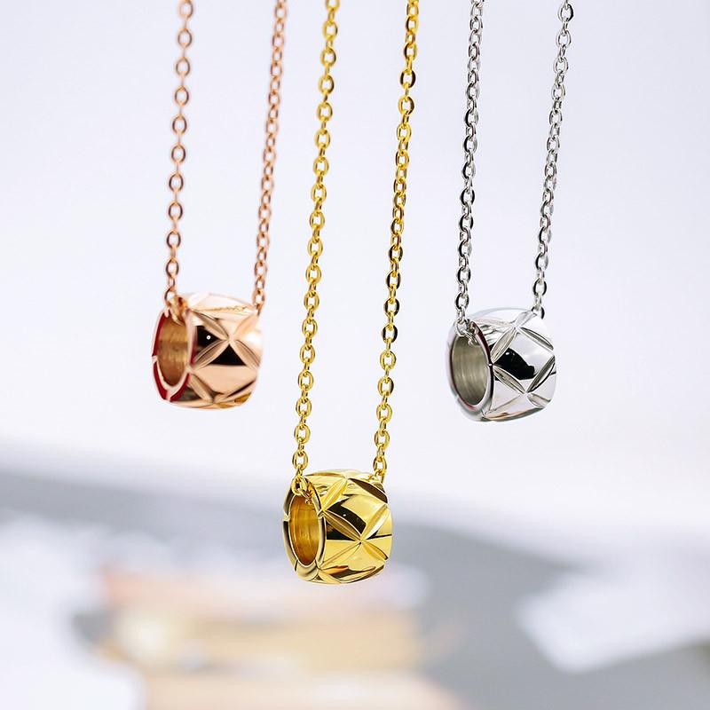 韩国时尚简约明星圆形小花纹吊坠项链女 韩版钛钢短款